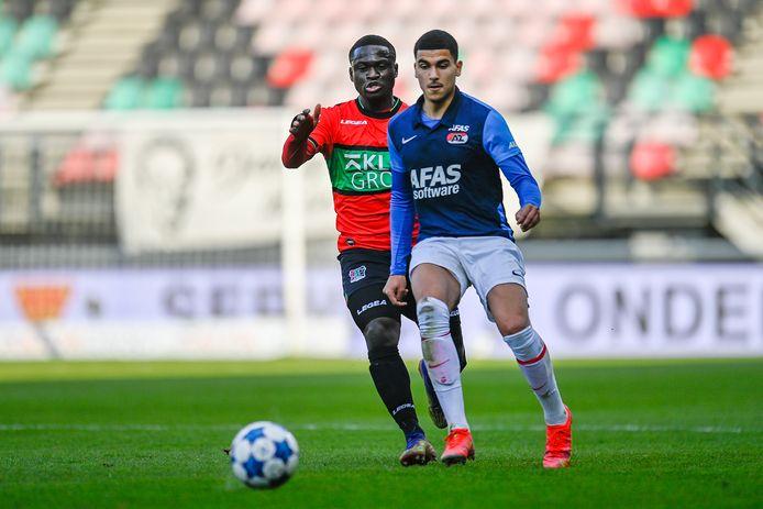 NEC'er Terry Lartey Sanniez zit Zakaria Aboukhlal van Jong AZ op de hielen.