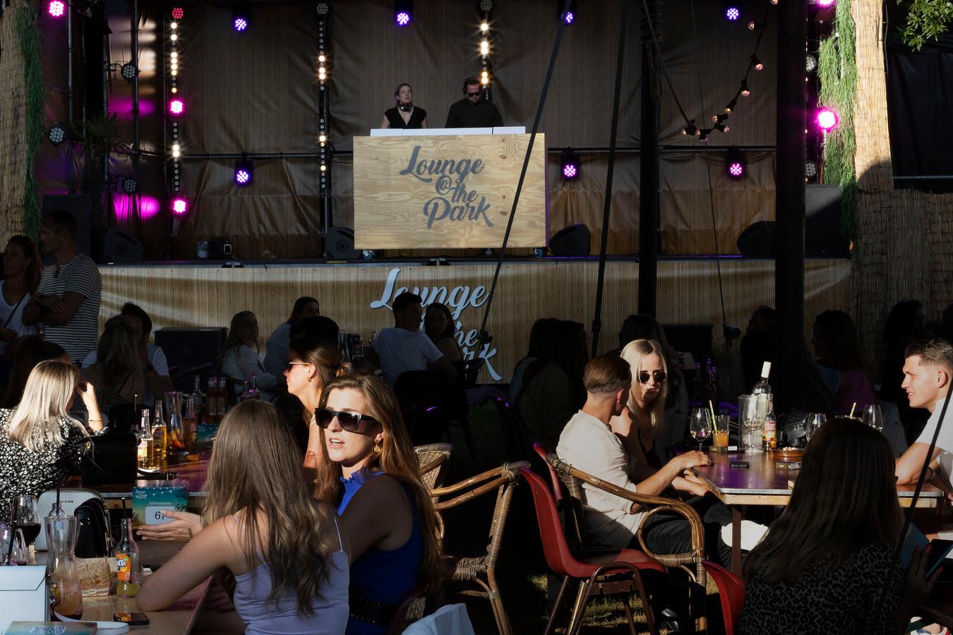Lounge @ the Park, een festival in Veldhoven waar publiek toch echt de billen op de stoelen moet houden.