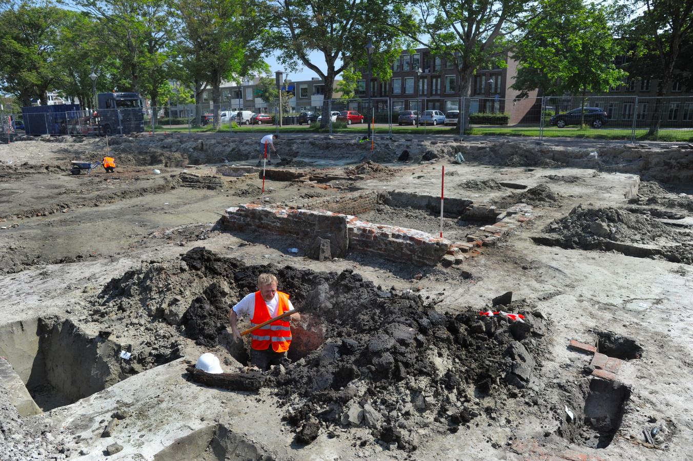 Bram de Bree graaft een laatmiddeleeuwse put, een waterbron, uit, maar stuit vooralsnog niet op artefacten op het bouwterrein aan het Oranjeplein.