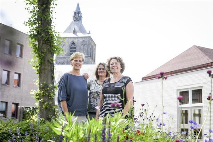 Ria Heijdens, Karin Lubbers en Dian van Beest (vlnr.) doen hun best om de Oldenzaalse ouderen zoveel mogelijk voort te helpen en van het juiste advies te voorzien.