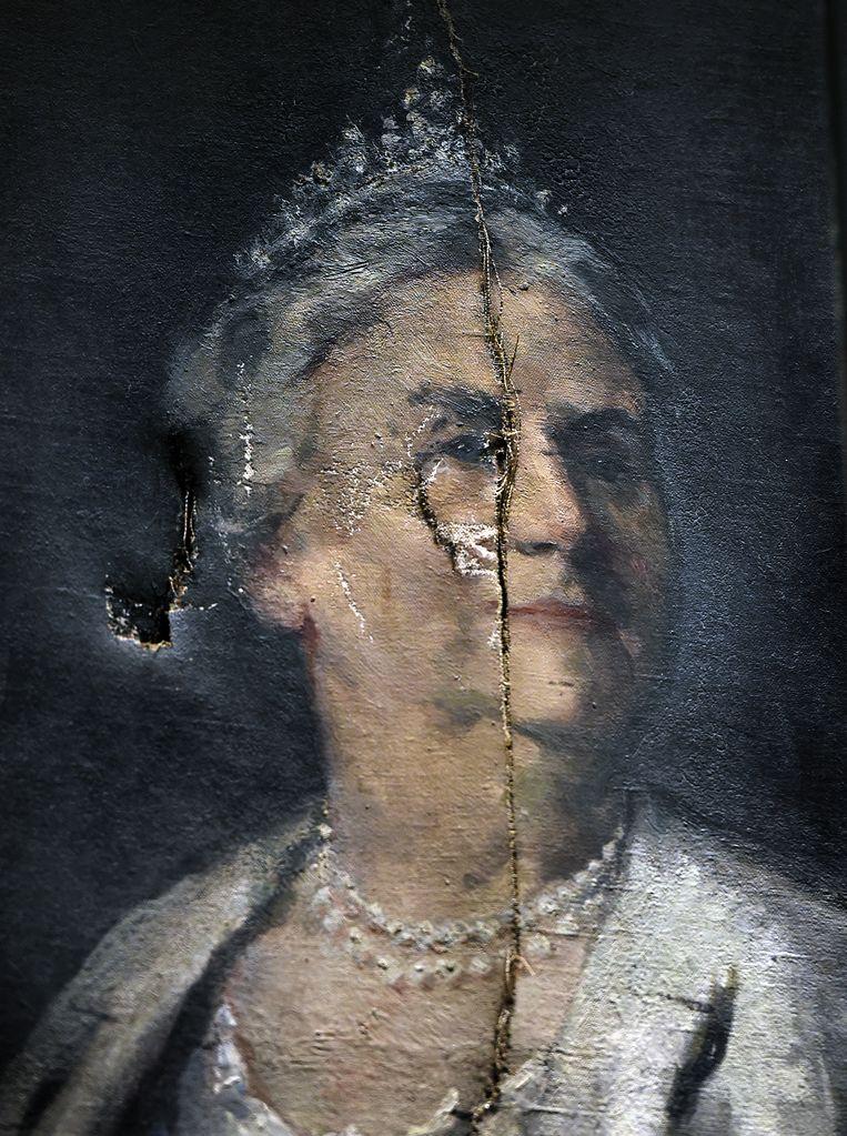 Het beschadigde schilderij van koningin Wilhelmina.   Beeld Marcel van den Bergh