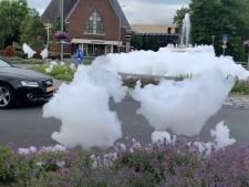 Hoofddorp is 'schuimparty's' op openbare weg helemaal zat en schakelt fontein uit