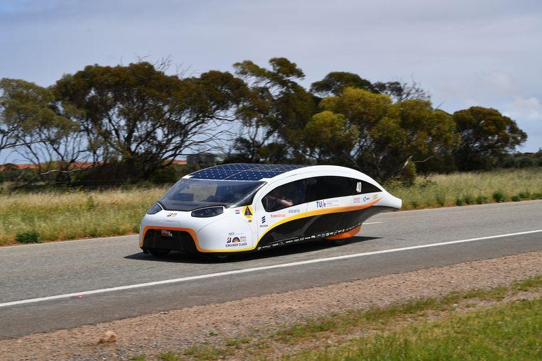 Dit is de wagen waarmee de alumni van Solar Team Eindhoven het wereldkampioenschap voor zonnewagens in Adelaide, Australië wonnen. De technologie diende als basis voor de personenwagen. Beeld EPA