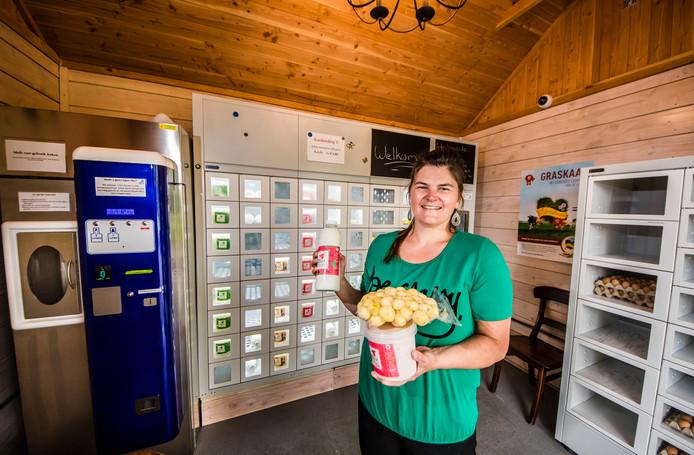 Marieke Alberink van het melktappunt in Harbrinkhoek. Er worden yoghurt, kaas, eieren, boter en krieltjes verkocht.