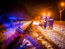 Auto belandt op dak in sloot door gladde weg in Lieshout, bestuurster raakt lichtgewond