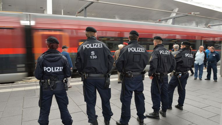 Agenten op het station van Salzburg in Oostenrijk. Beeld ap