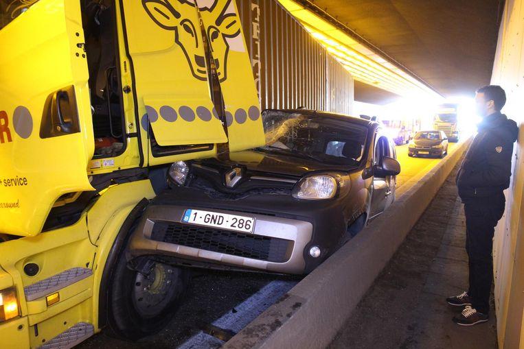 Een personenauto werd geplet tussen een vrachtwagen en de vangrail.