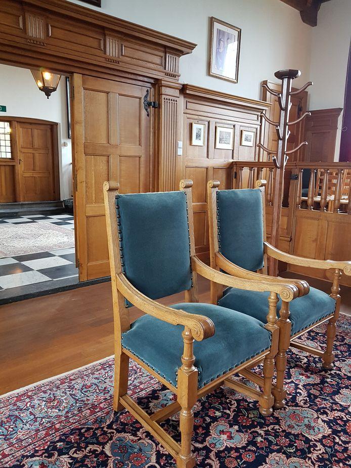 De opgeknapte houten stoelen staan klaar: trouwen maar!