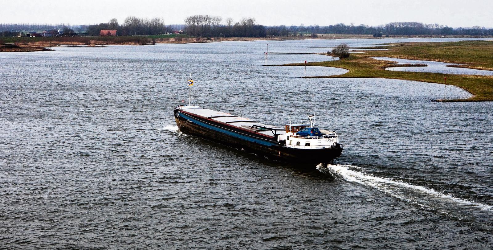 Een binnenvaartschip op de Lek.