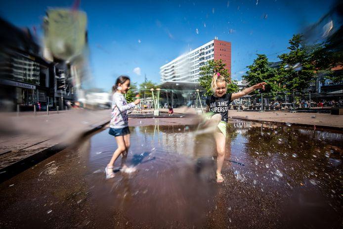 Voor deze meisjes in Genk lijkt het bij deze warme temperaturen nu al zomervakantie te zijn.