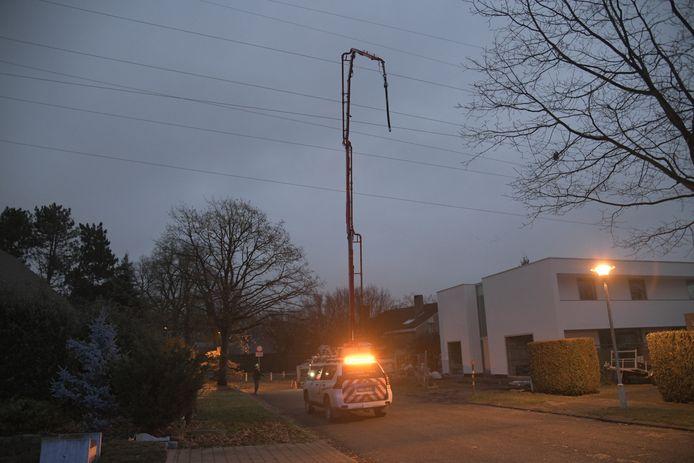 Het incident vond plaats in de Hulgenrodestraat. Een kraan van een betonmixer raakte een hoogspanningskabel, waardoor de stroom in de omgeving uitviel.