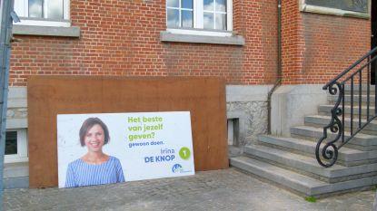 """Hommeles over verkiezingsbord van burgemeester aan gevel eigen gemeentehuis: """"Ik weet niet waar het vandaan komt en dien zelf klacht in"""""""