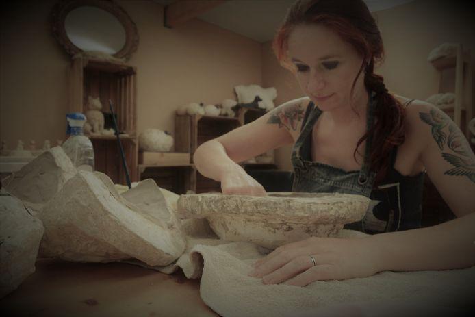 De kunstenares aan het werk in haar atelier Sunstone.