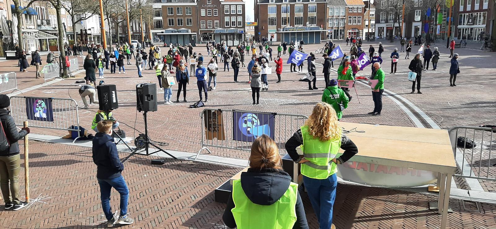 Deelnemers aan de klimaatalarm-demonstratie in Middelburg staan in cirkels om coronabesmettingen te voorkomen.