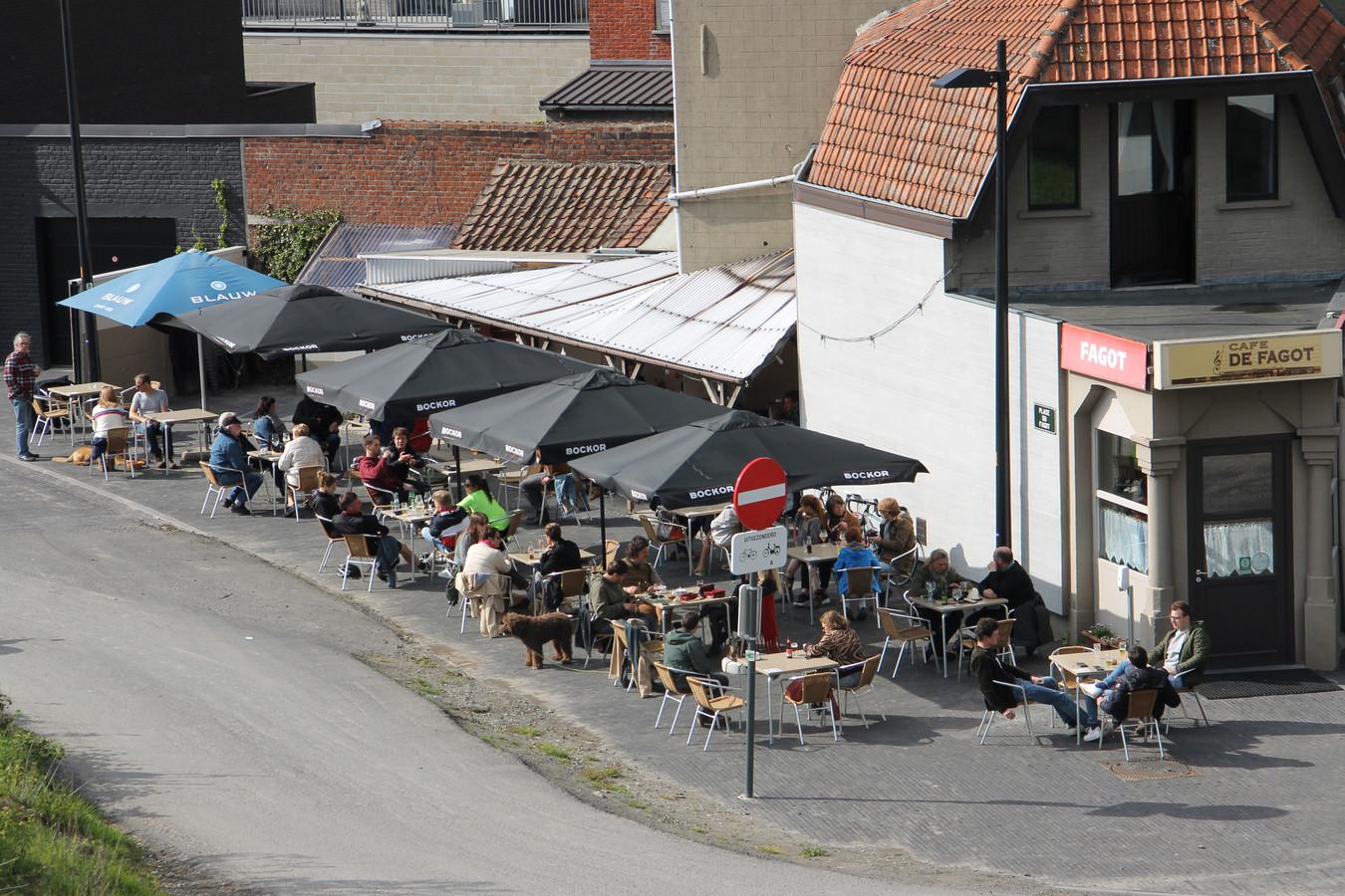 De heropening van de terrassen lokte meteen heel wat volk naar De Fagot.