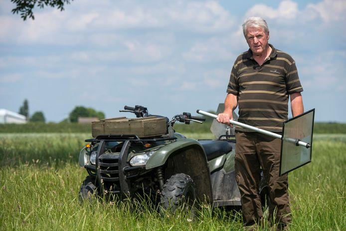 Henk Emmerzaal bij de squad waarmee op akkers schade op zoek gaat naar sporen van natuur- en dierengeweld. In zijn hand heeft hij een grasmeter. Foto: Gerard Burgers.