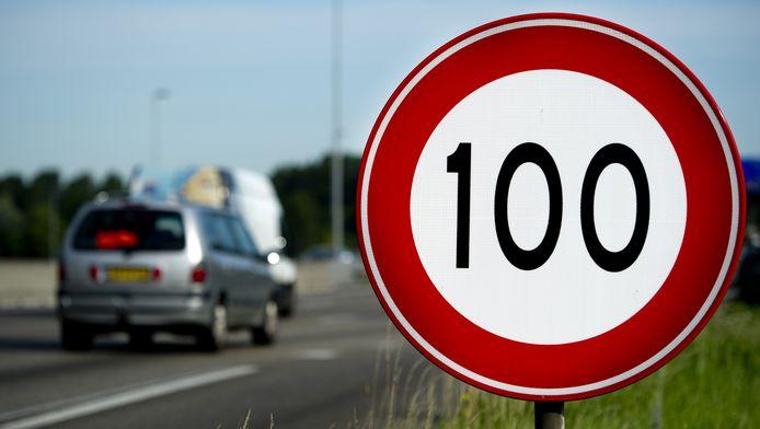 Een 100 km bord op de A13 bij Overschie.