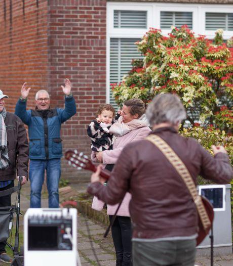 Muziekbus maakt rondje Etten-Leur en laat Dana Julia (3) dansen