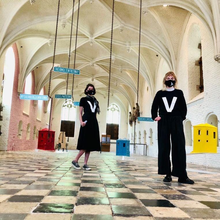 De Vleeshal, met publieksbegeleiders Dana Zoutman (l) en Lua Valino. Beeld Margriet Oostveen