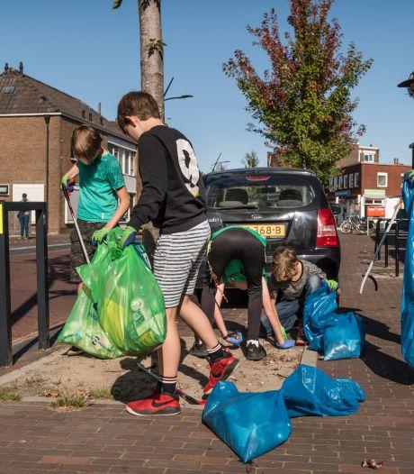 Trashpacker Tijmen geeft Hengelo goede voorbeeld tijdens World Cleanup Day