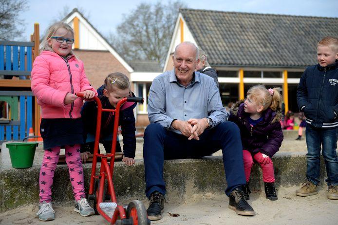René Hoogma heeft als directeur een integraal kindcentrum opgezet bij basisschool De Holthuizen, dat nu verloren dreigt te gaan.