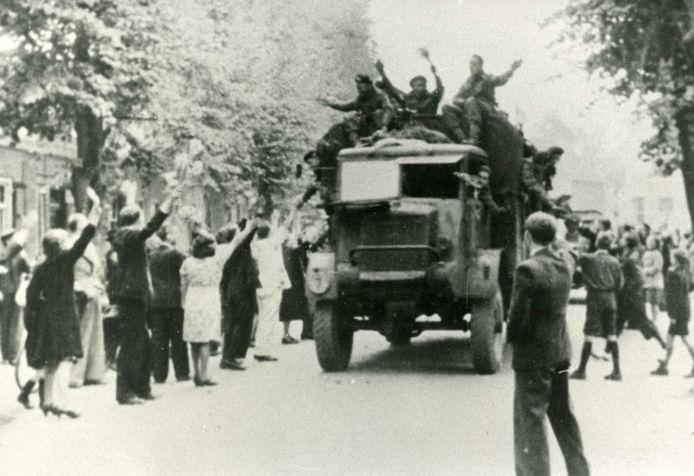 Groot feest als op 19 september 1944 de bevrijders door de Kerkstraat in Uden trekken.