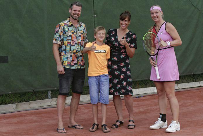 Sophie van der Graaf en Joeri Greeve en hun zoon Sjoerd met Kiki Bertens.