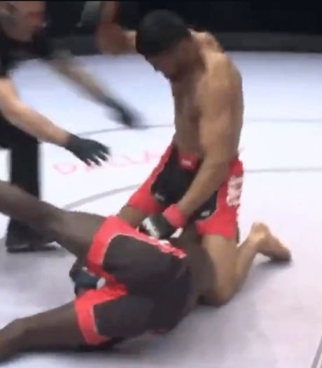 MMA-vechter ontsnapt uit wurggreep en gooit rivaal knock-out tegen het canvas