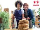 Het gemeentepersoneel bakte 1400 pannenkoeken.