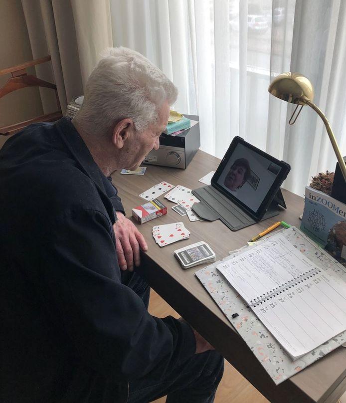 Zo kan Cor, bewoner van Vissershaven in Bergen op Zoom toch praten met een goede vriendin die nu niet op bezoek kan komen.
