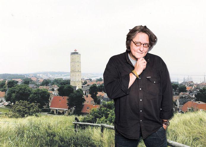 Kees Thies met het stadsgezicht van Terschelling met de Brandaris op de achtergrond.