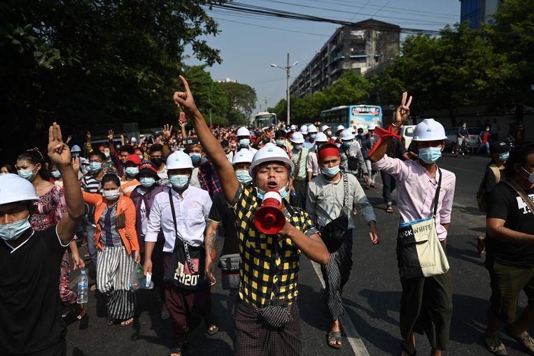 Demonstranten tegen de junta in de straten van Yangon. Beeld AFP