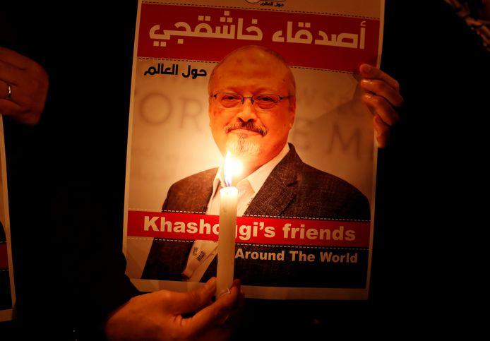 Archiefbeeld: Een betoger houdt een poster met een foto van Jamal Khashoggi vast tijdens een protestactie voor de ambassade van Saudi-Arabië in Istanboel.