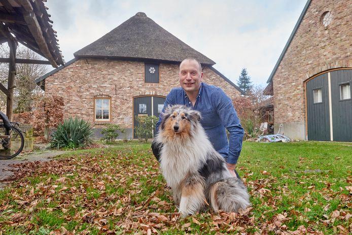 Huib Rutten met zijn hond Jazzy voor De Kersenhof in Uden. De achtergevel  is opnieuw gebouwd naar gelijkenis van het origineel en met de originele stenen.