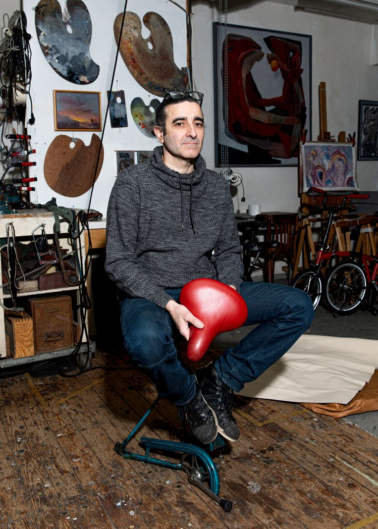 Oski Collado geeft fietsen een opknapbeurt met gebruikte materialen. Beeld Lin Woldendorp