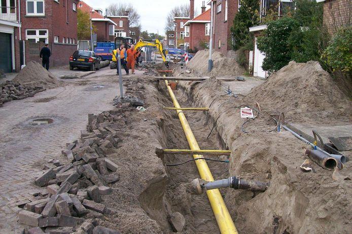 Graafwerkzaamheden in de Haagse vruchtenbuurt. Volgens gemeenten kosten de verkeersmaatregelen die als gevolg hiervan genomen moeten worden geld en is precario daarom gerechtvaardigd.