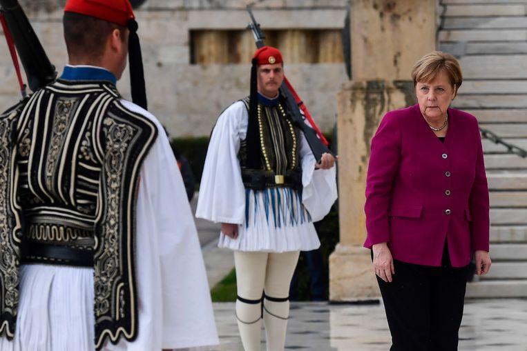 Angela Merkel aan het graf van de onbekende soldaat in Athene.