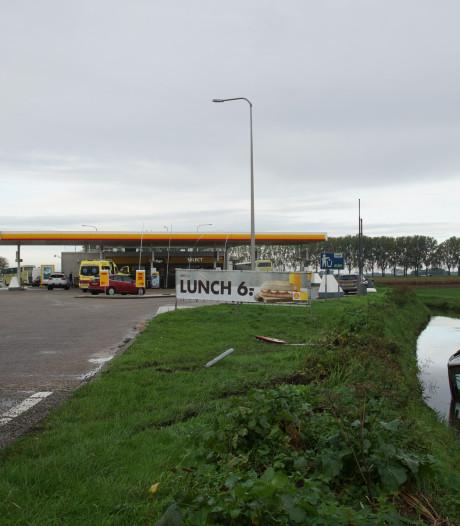 Vrouw verliest macht over het stuur en belandt met auto in sloot in Sprang-Capelle