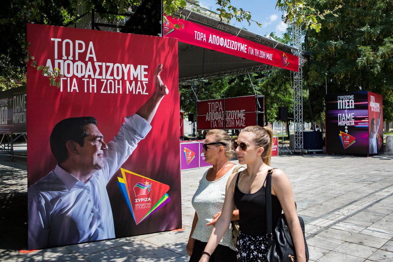 De Syrizapartij van Alexis Tspiras weet op het centrale Syntagmaplein in Athene nauwelijks belangstellenden te trekken.  Beeld Julius Schrank