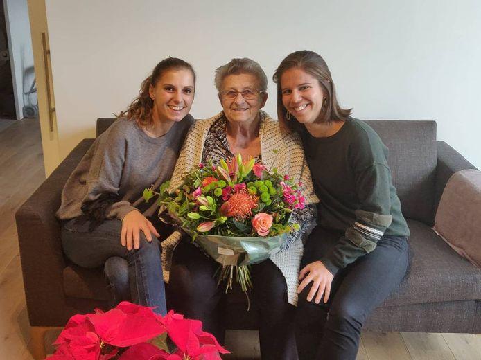 Mariette kreeg de bloemen van wooncoach Lien Deschrijver en leefcoach Marie Pynoo.