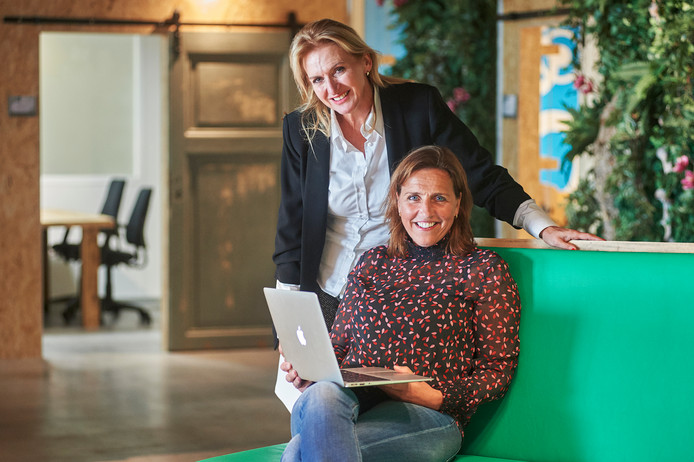 Jeanne van Boekel (staand) en Lucré Cappetti zijn bij Three Sixty (Verspillingsfabriek) in Veghel kantoor gaan houden met hun Inpat Center. Fotograaf: Van Assendelft