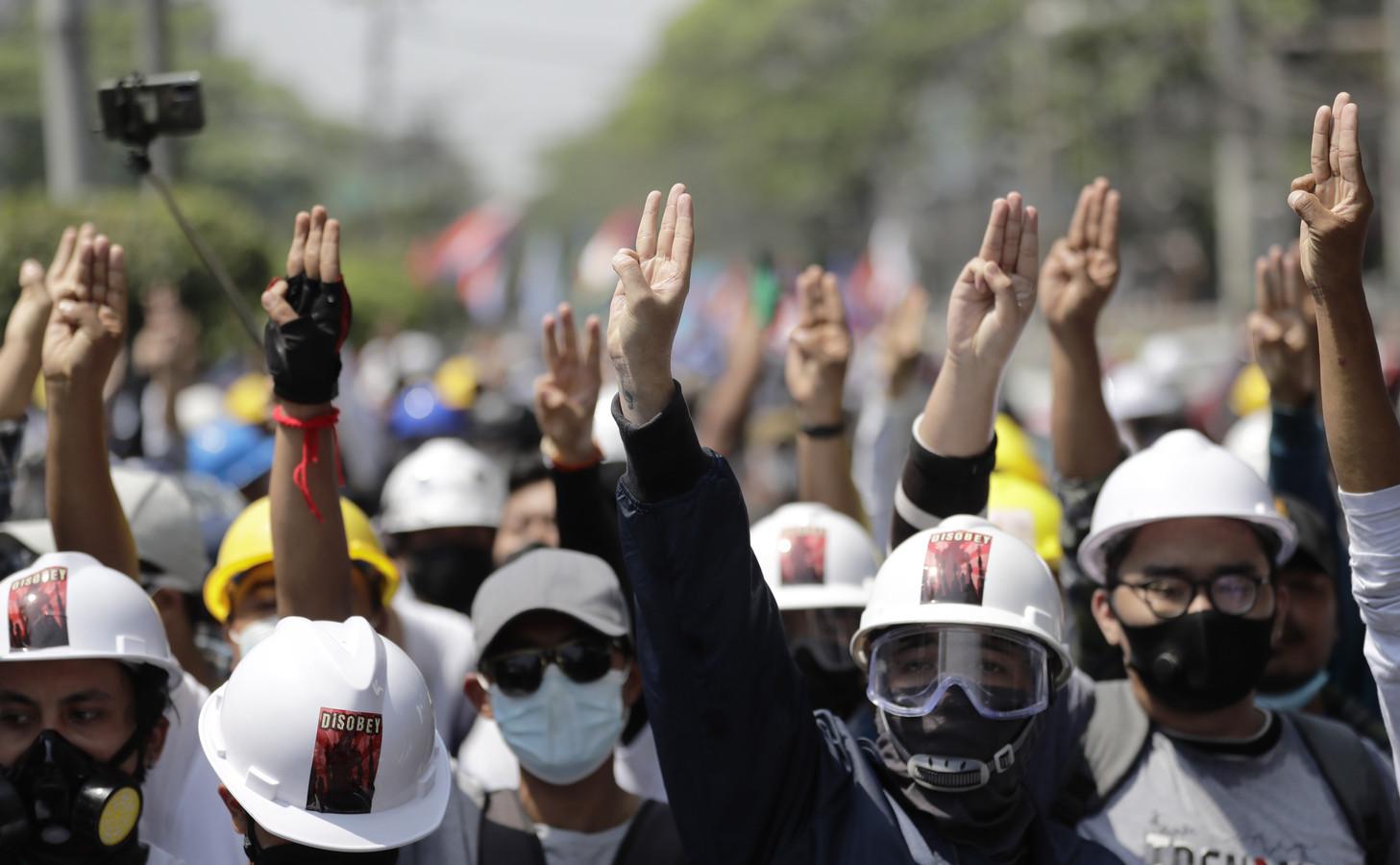 Beelden van het protest tegen de militaire coup in Yangon. Actievoerders maakten ook een gebaar waarbij ze drie vingers omhoog staken. Die begroeting was ook te zien bij protesten in Thailand en is afkomstig uit de boeken- en filmreeks The Hunger Games.