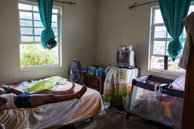 De kinderen van Jenny Vrutaal thuis op bed in de wijk De Savaan in Willemstad. Beeld Sabine van Wechem