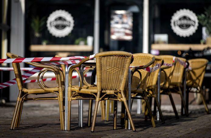 Ook in het Meetjesland blijven de terrassen voorlopig nog afgespannen met lint.
