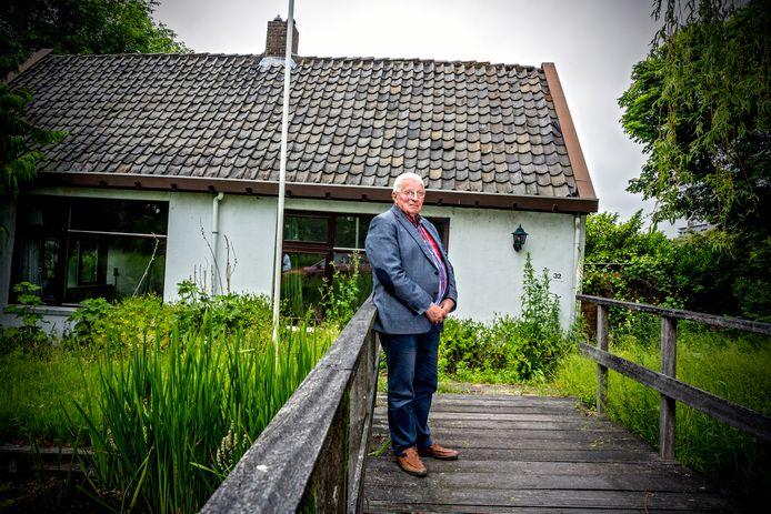 Bob Switzar bij het ''scheve huis' aan de Zegwaartseweg waar hij vroeger ook woonde.