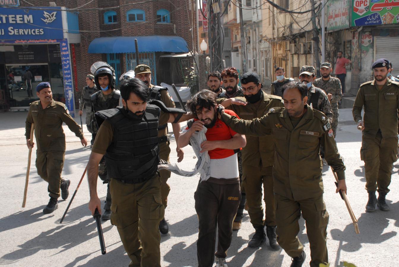Een lid van de extremistische splinterpartij Tehreek-e-Labbaik Pakistan (TLP) wordt opgepakt in Pakistan.