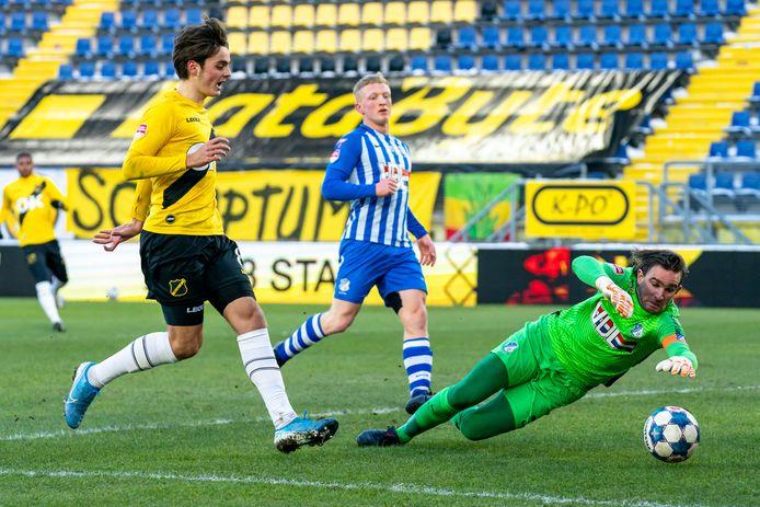 NAC-rechtsbuiten Kaj de Rooij in actie tegen zijn oude club FC Eindhoven.