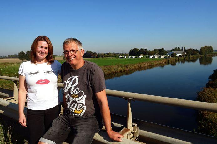 Silvia Rutte en Klaas Smit van camping Markdal in Standdaarbuiten. Na de zomer komt het van een uitbreiding. Ook buurtbewoners zijn daar nu mee akkoord.