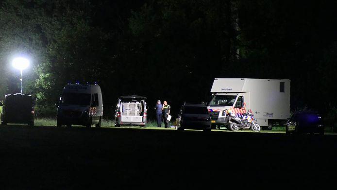 De politie hield 's nachts de wacht bij de vindplaats in Achterveld.