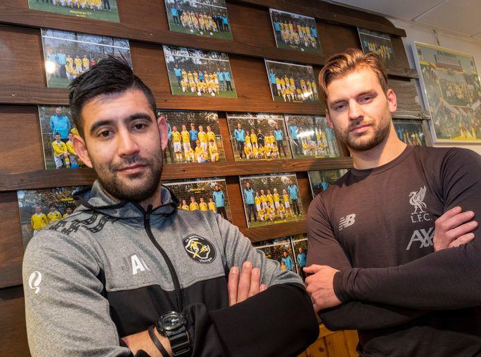 Anthony Orprecio (links), hier met aanvoerder Erik Brouwers, is ook de komende twee seizoenen trainer van SV Walcheren.